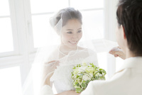 ベールを持つ新郎と笑顔の新婦 02299008122| 写真素材・ストックフォト・画像・イラスト素材|アマナイメージズ