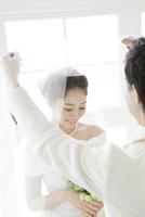 ベールを持つ新郎と笑顔の新婦 02299008123| 写真素材・ストックフォト・画像・イラスト素材|アマナイメージズ