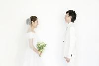 向き合う新郎新婦 02299008127| 写真素材・ストックフォト・画像・イラスト素材|アマナイメージズ