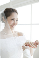指輪交換時の笑顔の新婦