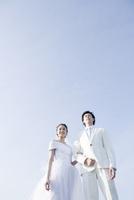 青空の下の新郎新婦 02299008159| 写真素材・ストックフォト・画像・イラスト素材|アマナイメージズ