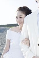 新郎に寄り添う笑顔の花嫁