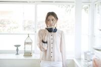 コーヒーカップを持つ若い女性ポートレート