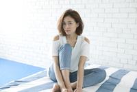 床に座る女性ポートレート
