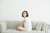 ソファに座る女性ポートレート