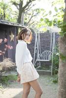 庭に立つ若い女性ポートレート