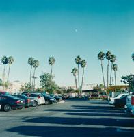 ショッピングセンター駐車場と月 02301000090  写真素材・ストックフォト・画像・イラスト素材 アマナイメージズ