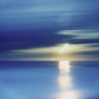 水平線から昇る太陽