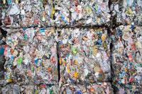 リサイクル工場の四角くプレスした空缶