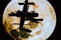 模型の宇宙ステーションと月