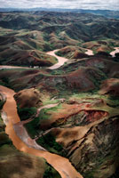 木を伐採した丘と沈泥が堆積した川