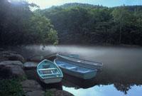 湖とボート 北海道 02319000009| 写真素材・ストックフォト・画像・イラスト素材|アマナイメージズ