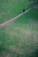 一本道と歩く人 ベルリン ドイツ 02319000015| 写真素材・ストックフォト・画像・イラスト素材|アマナイメージズ