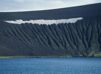 湖と山の斜面 02319000036| 写真素材・ストックフォト・画像・イラスト素材|アマナイメージズ