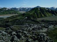 アイスランドの山並みと岩 02319000038| 写真素材・ストックフォト・画像・イラスト素材|アマナイメージズ