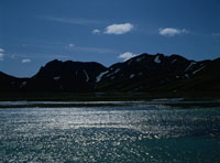 輝く水面と山 02319000041| 写真素材・ストックフォト・画像・イラスト素材|アマナイメージズ