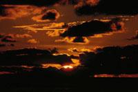夕空と夕日 02319000050| 写真素材・ストックフォト・画像・イラスト素材|アマナイメージズ