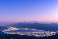 夕暮れの高ボッチから諏訪湖と街並み