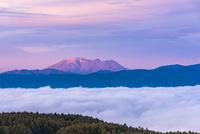 高ボッチから朝日を浴びる御嶽山