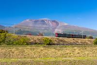 秋のしなの鉄道と浅間山