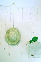 壁にかけた帽子とかご 02332000005| 写真素材・ストックフォト・画像・イラスト素材|アマナイメージズ