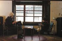 カフェで読書をする親子