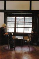 カフェで読書をする親子 02332000018A| 写真素材・ストックフォト・画像・イラスト素材|アマナイメージズ