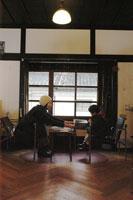 カフェで読書をする親子 02332000019| 写真素材・ストックフォト・画像・イラスト素材|アマナイメージズ