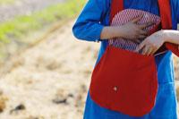 赤いバックをあける女性 02332000035| 写真素材・ストックフォト・画像・イラスト素材|アマナイメージズ