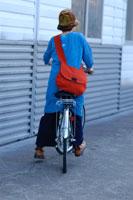 自転車に乗る女性の後姿