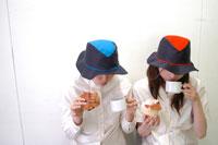 パンとコーヒーを飲む2人の女性