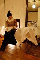 カフェで読書をする女性 02332000061| 写真素材・ストックフォト・画像・イラスト素材|アマナイメージズ