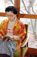 窓際で読書をする女性