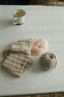 コタツに置かれた編み物 02332000071| 写真素材・ストックフォト・画像・イラスト素材|アマナイメージズ