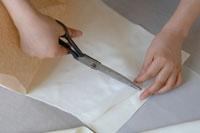 ウェディングドレスを作る女性の手元 02332000161| 写真素材・ストックフォト・画像・イラスト素材|アマナイメージズ