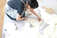 ウェディングドレスを作る女性 02332000162| 写真素材・ストックフォト・画像・イラスト素材|アマナイメージズ