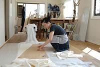 ウェディングドレスを作る女性