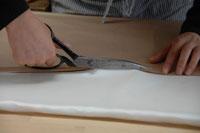 はさみで布を切る手元 02332000167| 写真素材・ストックフォト・画像・イラスト素材|アマナイメージズ
