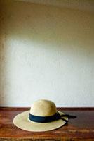 棚の上に置いた麦わら帽子