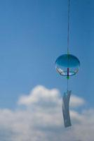 青い風鈴と青空 02332000260| 写真素材・ストックフォト・画像・イラスト素材|アマナイメージズ