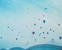 いろいろな熱気球と白テント
