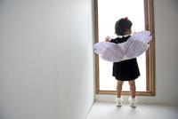 天使の羽をつけた小さな子 02332000475| 写真素材・ストックフォト・画像・イラスト素材|アマナイメージズ