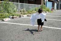 天使の羽をつけた小さな子 02332000476| 写真素材・ストックフォト・画像・イラスト素材|アマナイメージズ