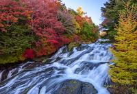 秋の奥日光竜頭の滝 02335008668  写真素材・ストックフォト・画像・イラスト素材 アマナイメージズ