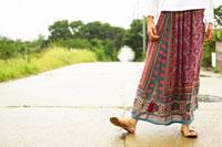 スカートをはいた女性の足元 02336000005| 写真素材・ストックフォト・画像・イラスト素材|アマナイメージズ