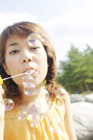 シャボン玉を吹く日本人20代女性