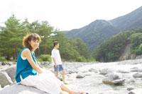 川原にいる日本人20代女性と男性