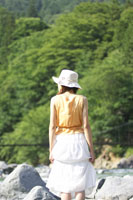 川原に立つ女性の後ろ姿