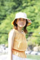 川原に立つ日本人20代女性