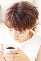 コーヒーを飲む日本人20代女性